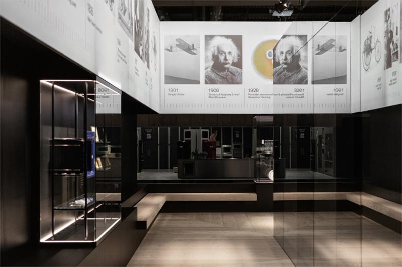 carteles-colgantes-museografia-stand
